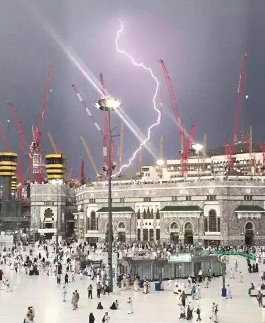 "Foto-foto di Masjidil Haram ""Crane"" Jatuh Tersambar Petir"