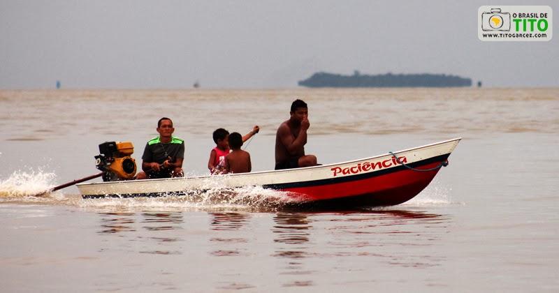 Canoa navegando pela baía do Guajará, em Belém - Pará. Por Tito Garcez