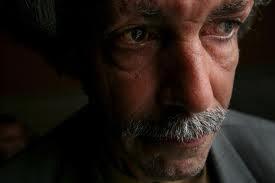 homem com olhar triste e rancoroso