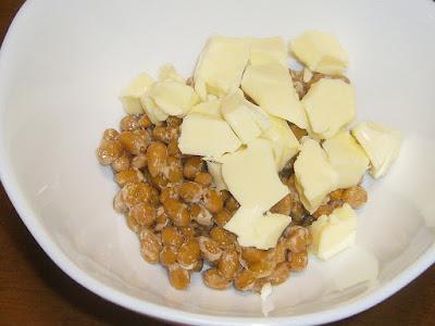 納豆にQBBベビーチーズ