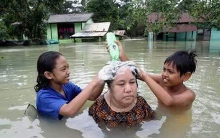 Foto Lucu : Solusi Cerdik Menghadapi Bencana Banjir [ www.BlogApaAja.com ]
