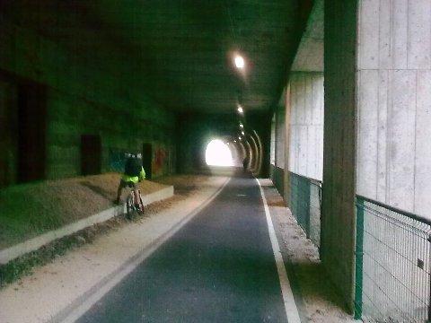 Galleria della ciclabile Bolzano - Trento (vista dall'interno del tunnel)