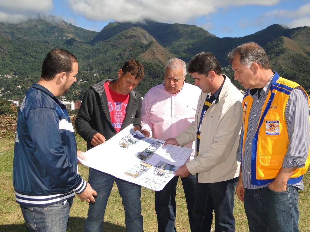 Prefeito Arlei e secretários José Carlos Cunha e Roberto Silva avaliam a planta do conjunto habitacional com moradores do Rosário