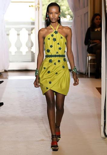 Жълта рокля през врата с черни 3D цветенца