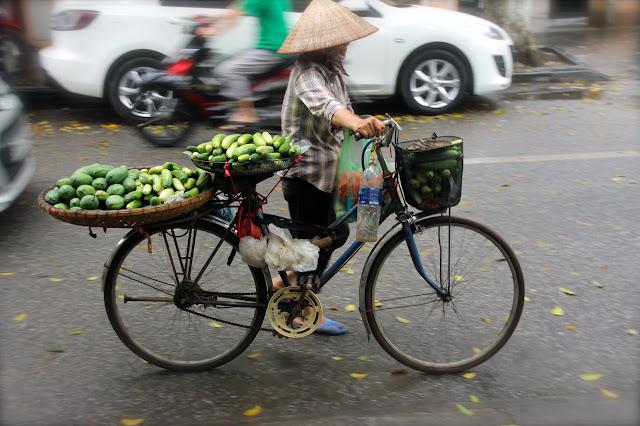 Vendendora de bicicleta no Vietnã