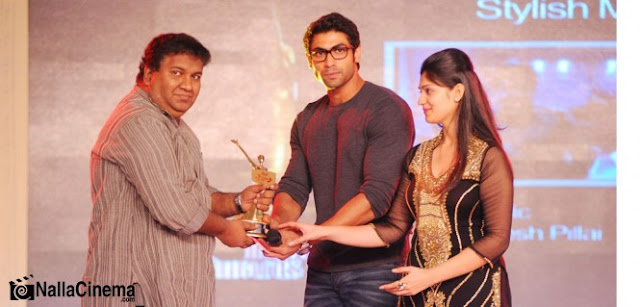 Rajesh Pillai receiving Southspin Fashion award