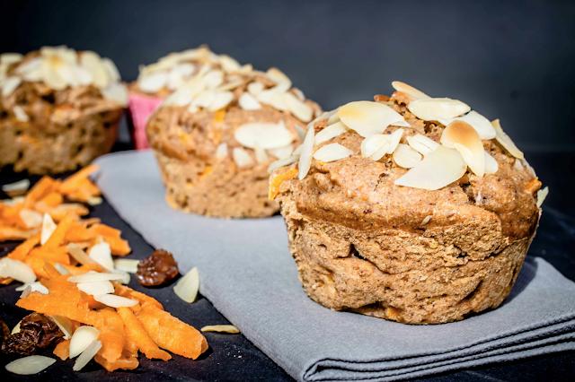 Frühstücksmuffins mit Karotte, Mandeln Rosinen