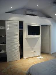 Todo madecor el closet de tus sue os for Closet con espacio para tv
