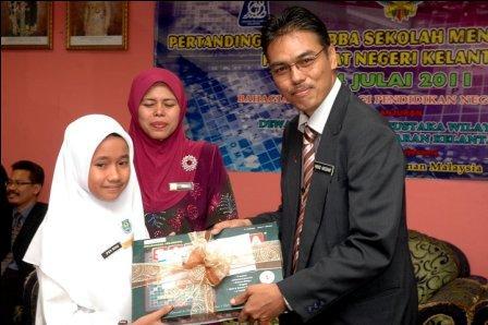 Mohd Hassany Hashim menyampaikan hadiah kepada salah seorang pemenang