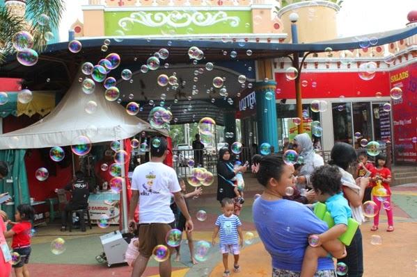 Pesta Gelembung Balon Ramaikan Depok Fantasi Waterpark