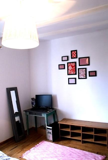 Mur avec cadres en tissu