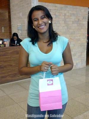 Marília com a sacolinha das cupcakes