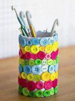 http://manualidadesparaninos.biz/portalapices-decorado-con-botones/