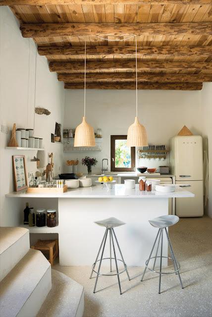 weiße Küche mit Bastlampen von Ikea