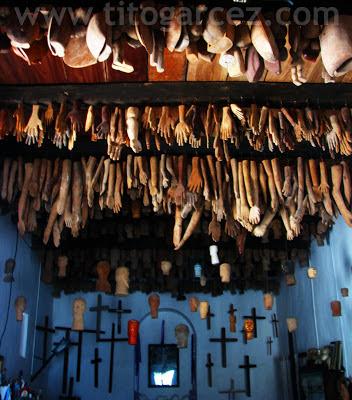 Peças do Museu dos Ex-Votos estão espalhadas por toda a Sala dos Milagres, inclusive (e principalmente) no teto.