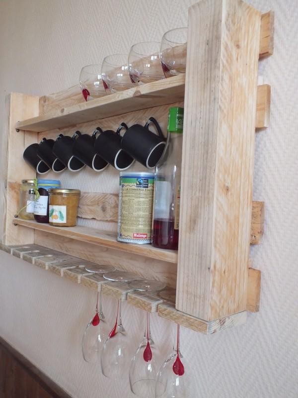 estantera de cocina hecha de palets