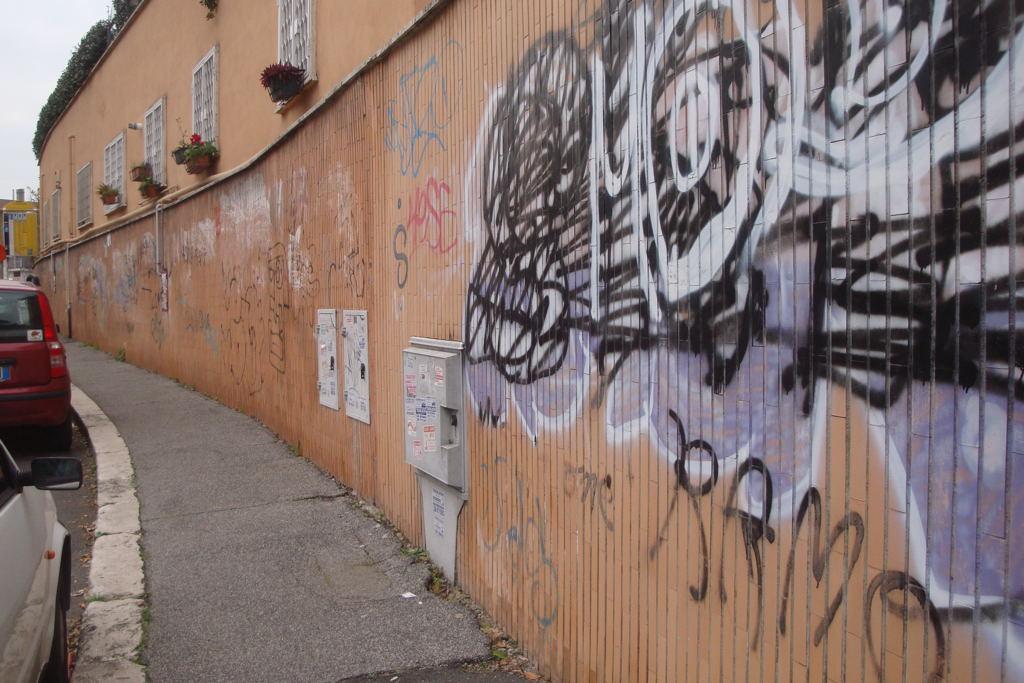 Riprendiamoci roma scritte sui muri arredo urbano for Arredo urbano roma