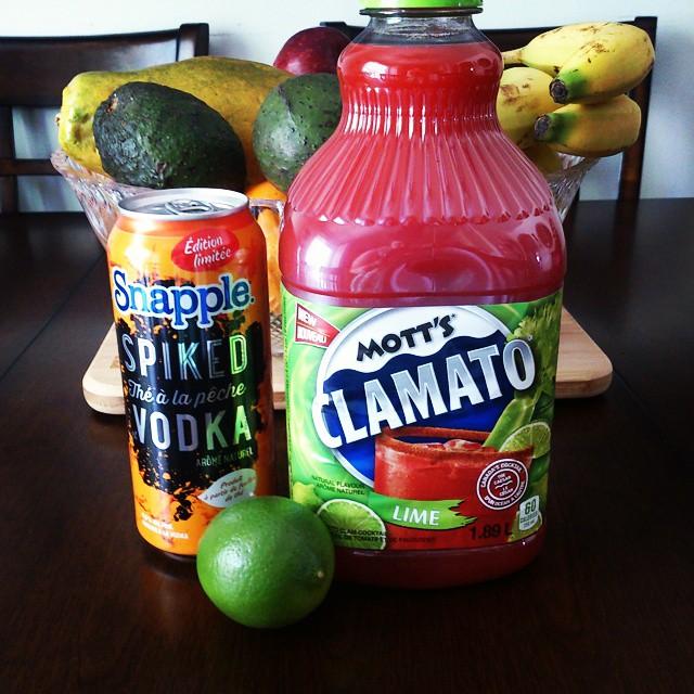 Vendredi Joyeux: Le thé à la pêche Snapple Spiked avec vodka arrive à la SAQ et le Mott's Clamato Lime en épicerie