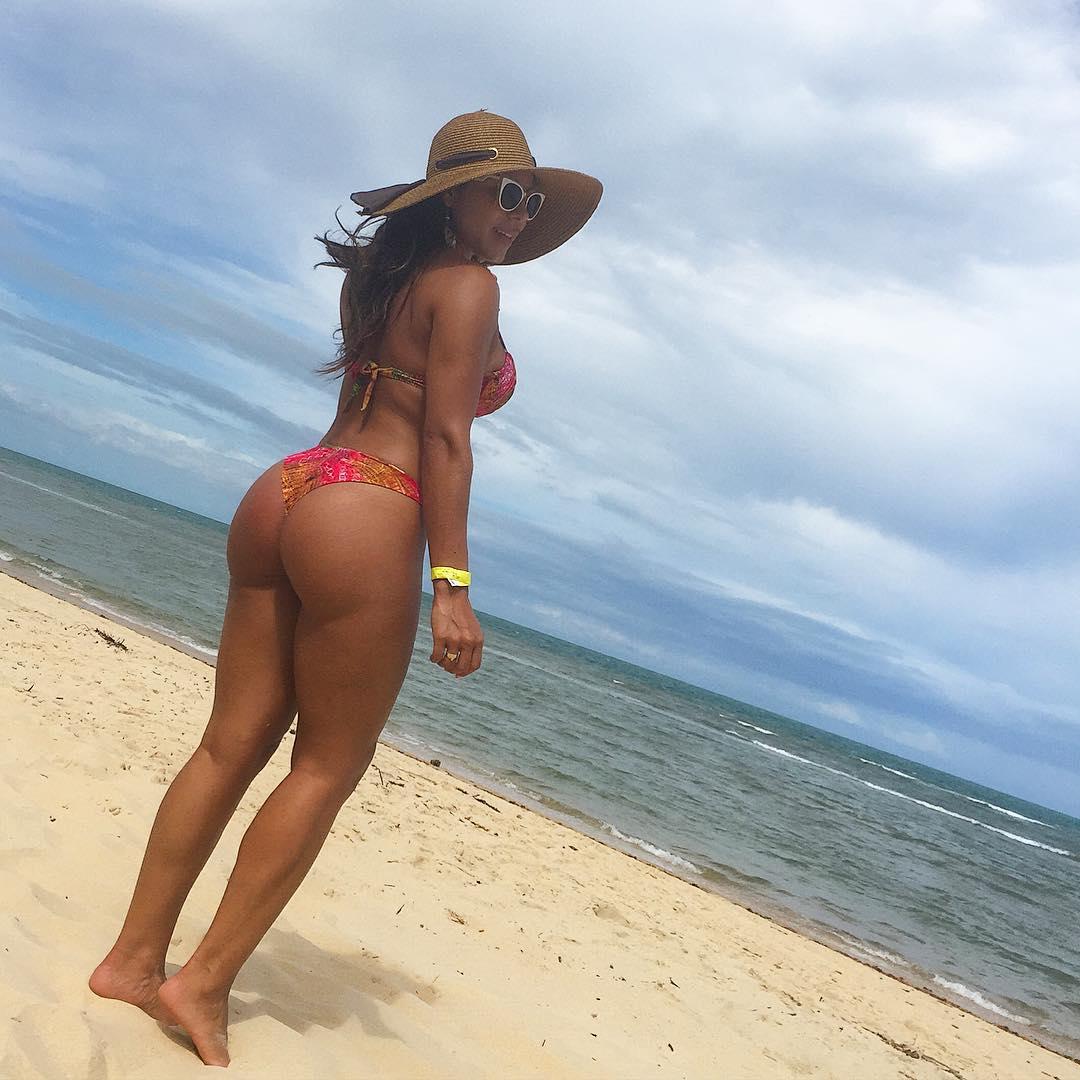 Thammy Miranda exibe o peitoral em dia de praia com a namorada