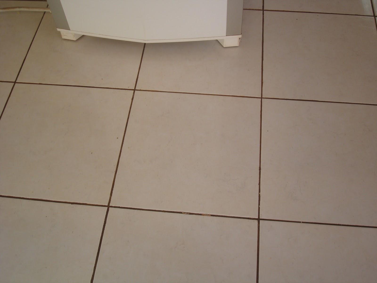 Sem contar que o pedreiro não conhece junta piso cada dilatação  #473326 1600x1200 Banheiro Branco Com Rejunte Escuro