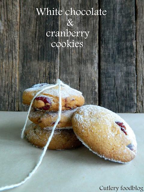 Cookies s bielou čokoládou a sušenými brusnicami