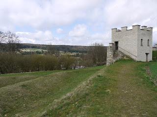 Kastell Pfünz - rekonstruierter Eckturm mit Blick in das Altmühltal
