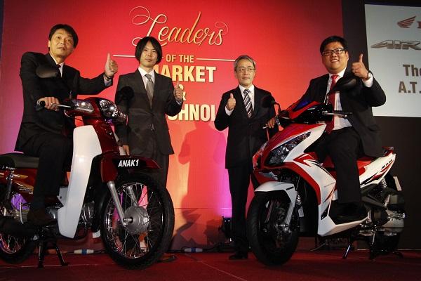DARI kiri: Satoshi; Ketua Projek Honda EX5 Dream 110 dan Airblade Honda Research & Development Southeast Asia Co. Ltd., Tatsuya Minagawa; Ketua Pegawai Kewangan Boon Siew Honda, Koji Yamada dan Naib Pengerusi dan Ketua Pegawai Jualan dan Pemasaran Boon Siew Honda, Datuk Seri Tan Hui Jing pada majlis pelancaran dua model motosikal Honda terbaharu di Genting Hinglands.
