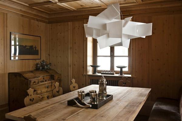 comedor de madera con lampara blanca y moderna