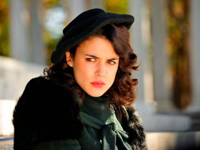 Sira Quiroga abrigo verde. El tiempo entre costuras. Capítulo 8.
