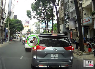 Lái xe ngơ ngác chưa kịp định thần, vội đưa tay ra sờ những mặt gương đã bị hai tên trộm cướp mất.