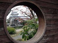 丸窓の向こうは戌亥櫓