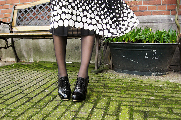 Monochrome black white 50s vintage style pleated midi skirt outfit fashion blogger