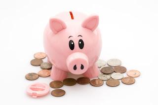 Een spaarvarken met centen voor een spaarrekening met hoge rente