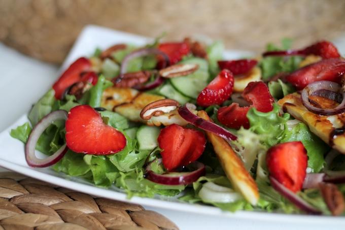 marinoitu punasipuli halloumisalaatti pekaanipähkinät salaatissa