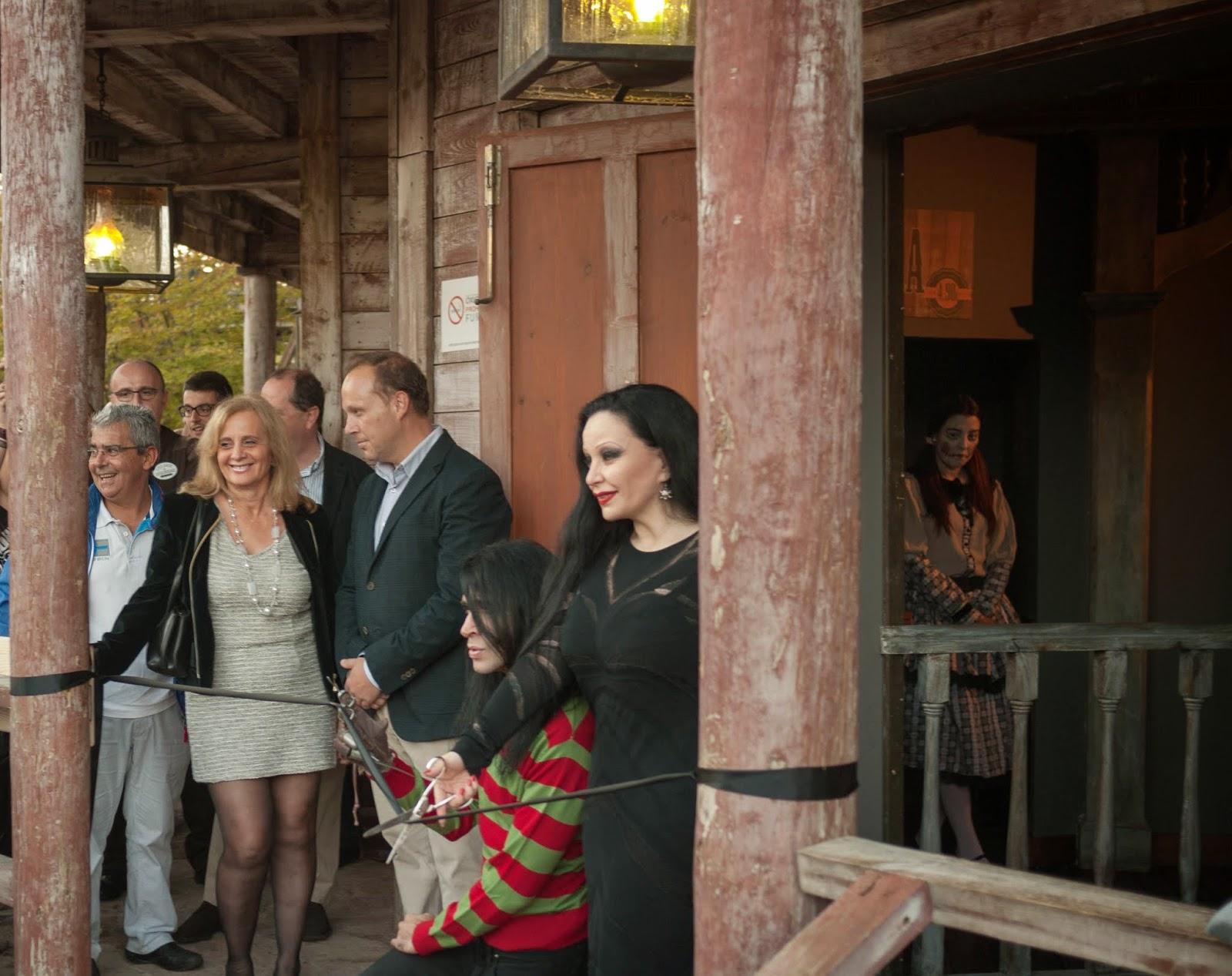 Mario Vaquerizo y Alaska inaugurando Horror West en Parque Warner
