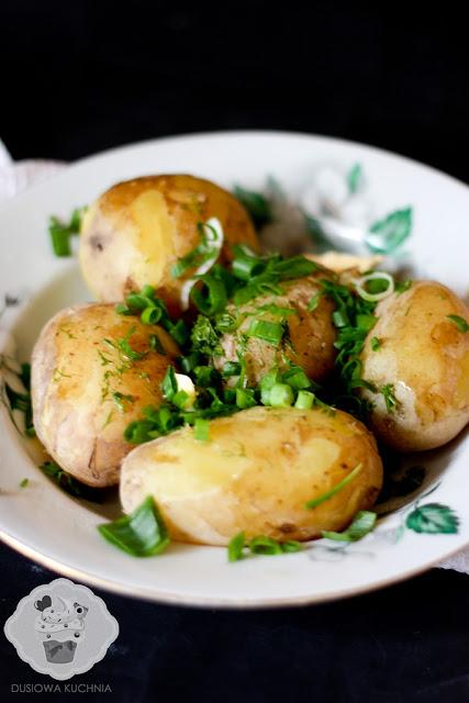 młode ziemniaki z koperkiem, młode ziemniaki z masłem i koperkiem, młode ziemniaki ze szczypiorkiem, jak ugotować młode ziemniaki