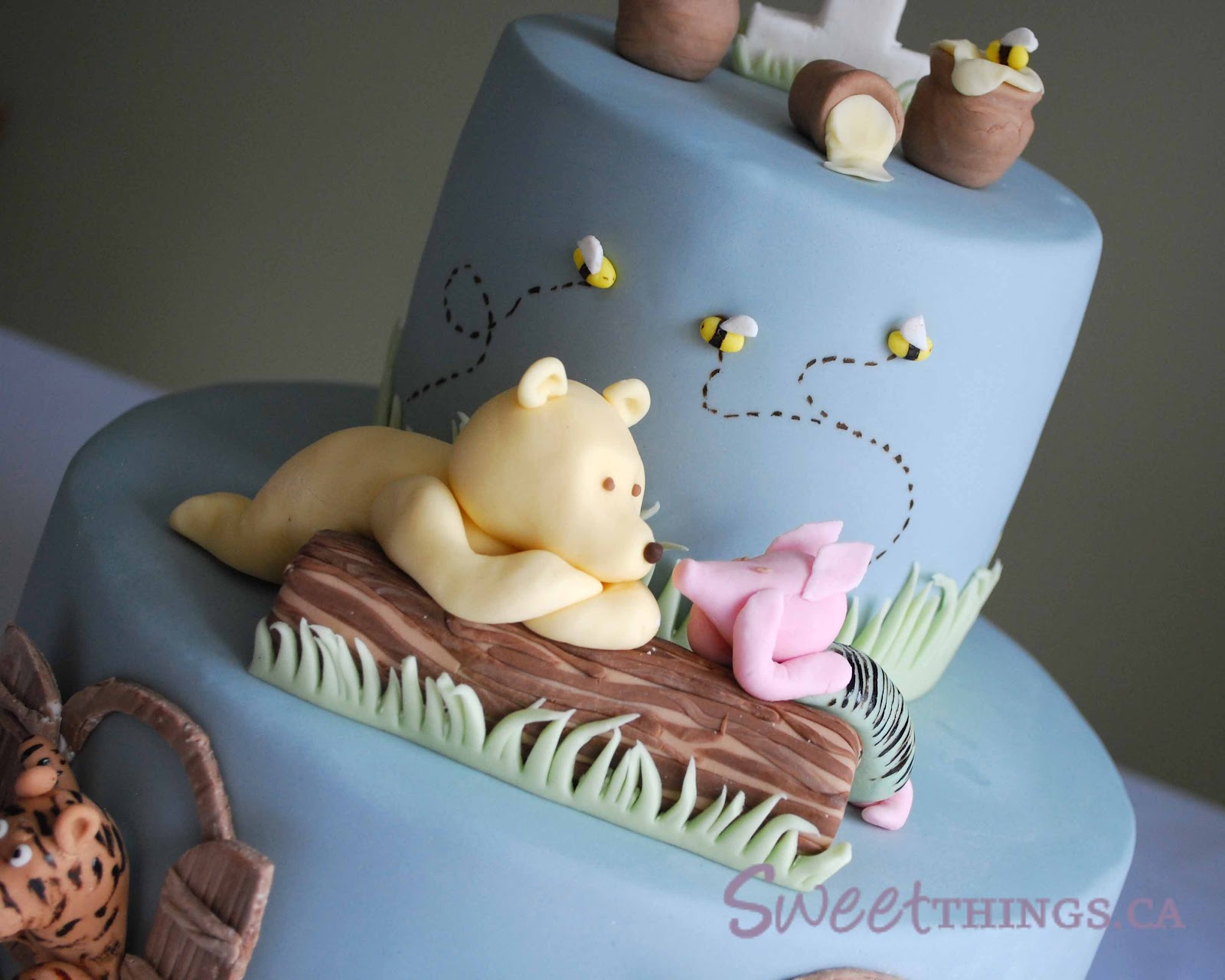 Cake Design Winnie The Pooh : SweetThings: 1st Birthday: Classic Winnie the Pooh Cake