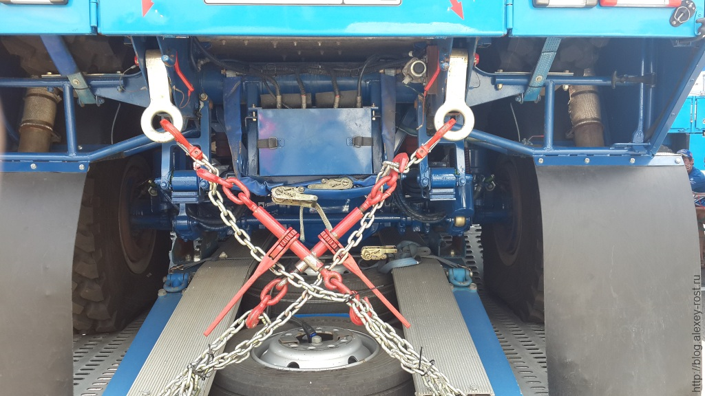Транспортировка боевого гоночного Камаза на прицепе на полуспущенных колесах