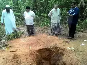 Mangsa Pemerdagangan Rohingya Menangis Lihat Kubur Besar Di Thailand