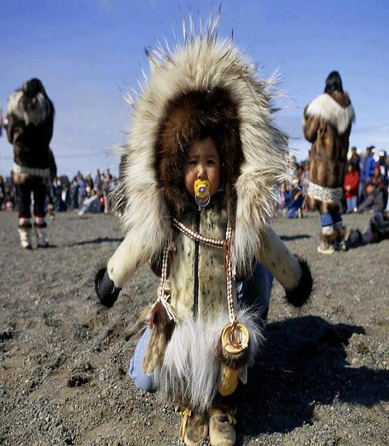 bébé vêtu comme un eskimo