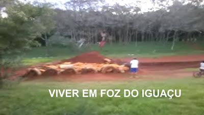 Amadores do Dirt Jump fazem acrobacias na pista da Vila A