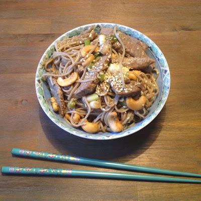 Japanse soba noodles met bief, shiitake en cashewnoten