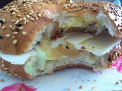 בייגל, שום קונפי, רוטב, גבינת גאודה עיזים