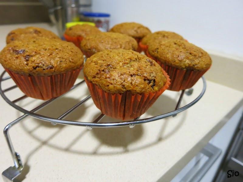 Cupcakes de tarta de zanahoria enfriándose