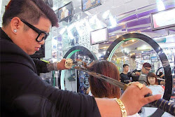 Unik! Seorang Penata Rambut Gunakan Samurai untuk Menata Rambut Pelanggannya!