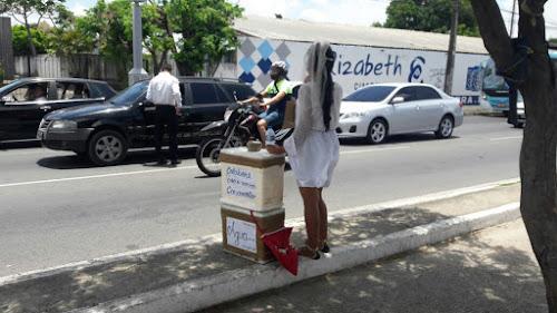 Casal de namorados vende água na avenida para custear casamento