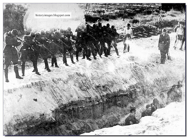 Einsatzgruppen firing squad