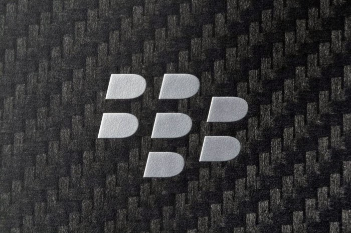 La compañía canadiense BlackBerry registró en su ejercicio fiscal, que concluyó el pasado 28 de febrero, unas pérdidas netas de 304 millones de dólares (280 millones de euros), un 94,8% menos que los 5.873 millones de dólares (5.410 millones de euros) que perdió el año anterior, según informó la compañía. La facturación de la compañía canadiense se redujo a la mitad en el conjunto del ejercicio, ya que pasó desde los 6.813 millones de dólares (6.276 millones de euros) del año anterior a 3.335 millones de dólares (3.072 millones de euros). En el cuarto trimestre del ejercicio, Blackberry logró un