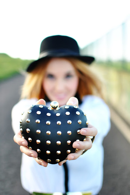 nery hdez, clutch corazon, heart clutch, hat, blogger style