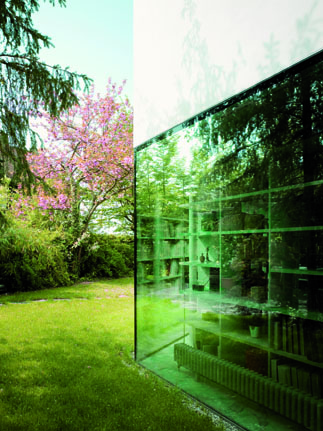 Vegetation and the backyard of The L House by Philippe Stuebi Architekten GMBH